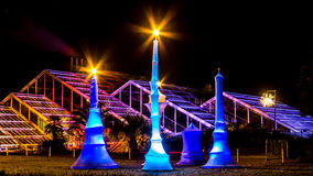 A perspectiva longa de artificial ilumina velas coloridas na noite Foto de Stock