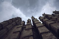 Perspectiva misteriosa, oscura de la catedral de Palma de Mallorca fotografía de archivo libre de regalías