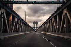 Perspectiva na ponte de Manhattan foto de stock