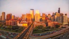 Perspectiva panorámica del lazo del oeste de Chicago durante hora de oro con tráfico imagen de archivo