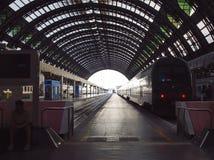 Perspectiva profunda de carriles y del tren en la estación de la central de Milán Imágenes de archivo libres de regalías