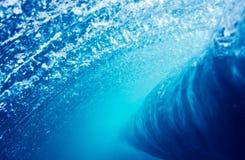 Perspectiva subacuática de la onda azul Fotografía de archivo