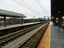 Perspectiva vazia da estação no dia nebuloso Fotos de Stock