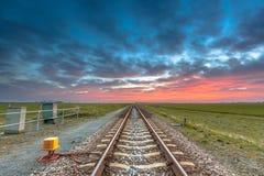 Perspective éternelle de chemin de fer sous le ciel fantastique Images stock