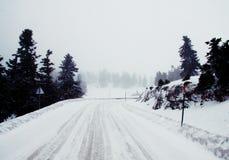 Perspective blanche de route de neige photographie stock