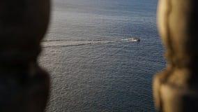 Perspective de bateau de sauvetage et de pêcher des voiles d'équipe à travers l'océan pacifique image libre de droits
