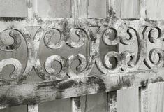 Perspective de diminution d'une vieille barrière décorative en bois dans monotone photo libre de droits