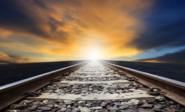 Perspective de manière de rail contre la belle utilisation sombre de ciel pour la terre Photographie stock