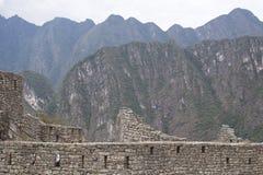 Perspective de murs en pierre et de maisons de Machu Picchu avec des montagnes Pérou Images stock