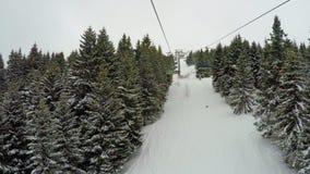 Perspective de POV des télésièges vides au secteur de ski banque de vidéos