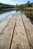 Perspective de table de pique-nique en bois avec le fond de verticale de paysage de tache floue Images stock
