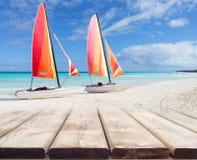 Perspective en bois de plate-forme avec deux catamarans colorés Images stock