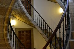 Perspective en pierre en spirale triple d'escalier Balustrade, portes et lumières de fer compostela de Santiago Espagne images stock