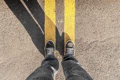 Perspective personnelle de personne regardant ses pieds et le stree Photos libres de droits