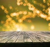 Perspective texturisée de la vieille table en bois supérieure avec la belle tache floue photographie stock libre de droits