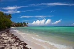 Perspective tropicale vi de paysage de plage de bord de mer d'île-hôtel Images stock