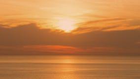 Perspectives de beau coucher du soleil au-dessus de la mer Ciel orange à l'été Photographie stock