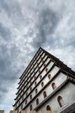 Perspektiv av byggnad och himmel, moln fotografering för bildbyråer