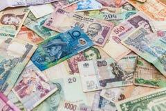 Perspektiv av den blåa pengarräkningen på andra sedlar royaltyfri foto