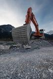 Perspektiv av den enorma skyffeln med grävskopan Fotografering för Bildbyråer