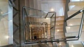 Perspektiv av den inomhus fyrkantiga trappuppgången som beskådas från över arkivfoton