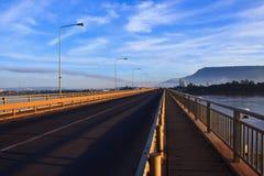 Perspektiv av den Japan Laos bron i morgonljus som korsar Mekong River i champasak som är sydlig av Laos Arkivbild