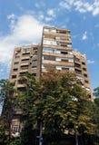 Perspektiv av det Bucharest lägenhetkvarteret med träd och blå himmel Royaltyfri Foto