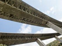 Perspektiv av en högstämd huvudvägbro som göras av förstärkt betong Arkivfoton