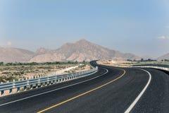 Perspektiv av en väg med berg i bakgrunden Royaltyfria Bilder