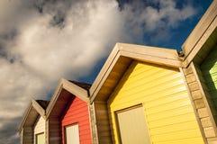 Perspektiv av färgglada strandkojor Arkivbild