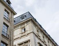 Perspektiv av klassiska franska byggnader i Paris Royaltyfri Fotografi