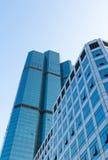 Perspektiv beskådar av den moderna glass byggnadsblåttskyen Arkivbild