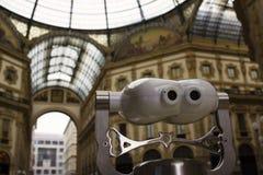 Perspektiv för GalleriaVittorio Emanuele II Milan glass kikare Arkivfoto