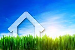 Perspektiv för nytt hus på grönt soligt fält Arkivbilder