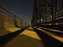 perspektiv för 1 punkt av bron på natten arkivbilder
