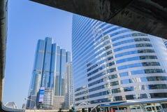 Perspektiv- och undersidavinkelsikt till glass byggnad Royaltyfri Bild