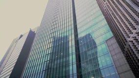 Perspektiv- och undersidavinkelsikt till texturerad bakgrund av moderna skyskrapor f?r exponeringsglasbl?ttbyggnad arkivfilmer