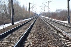 Perspektive der Überfahrtschienen, der Ampeln und der Serie Industrieller Konzepthintergrund Eisenbahnreise, Schienenweisentouris Lizenzfreie Stockfotos