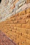 Perspektive der bunten modernen Backsteinmauer Stockbild