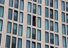 Perspektive der Gebäudefassade mit einem offenen Fenster Lizenzfreies Stockbild