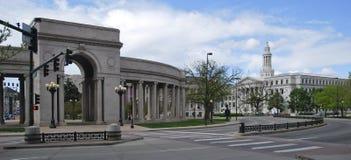 Perspektive des Stadt-und Grafschafts-Gebäudes in Denver, Colorado, unter einem blauen Himmel Lizenzfreies Stockbild