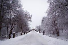 Perspektive eines großen alten Hauses in einer Winterlandschaft Stockbilder