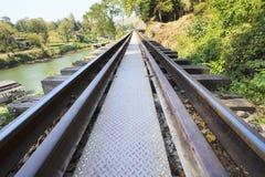 Perspektive von alten hölzernen Brückeneisenbahnen im kanchanaburi Thailand Stockfotos