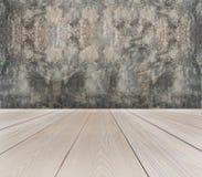 Perspektiven-Ansicht der leeren hellbraunen hölzernen Terrasse mit abstraktem Schmutz Gray Concrete Wall Background Texture verwe lizenzfreie stockfotografie