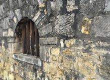 Perspektiven-Ansicht der Schmutz-Ziegelstein-Steinwand mit dem Weinlese-Art-Fenster hergestellt mit Holzverkleidungs-Stock an der Lizenzfreie Stockbilder