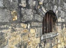 Perspektiven-Ansicht der Schmutz-Ziegelstein-Steinwand mit dem Weinlese-Art-Fenster hergestellt mit Holzverkleidungs-Stock an der Lizenzfreie Stockfotografie