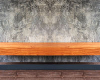 Perspektiven-Ansicht des leeren hölzernen Regals oder Stuhls Browns mit abstraktem Schmutz Gray Concrete Wall Background Texture  stockbilder