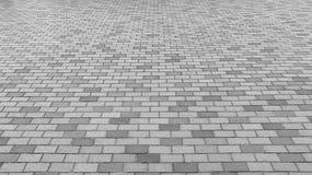 Perspektiven-Ansicht von monotonem Gray Brick Stone Street Road Bürgersteig, Pflasterungsbeschaffenheit Stockbild