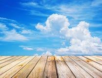 Perspektiven-Ansicht zu den spärlichen weißen Wolken im blauen Himmel Stockfotos