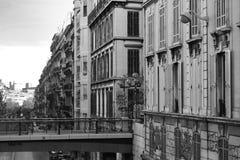 Perspektivenansicht über Paris-Wohnung nahe einer Straße stockbild